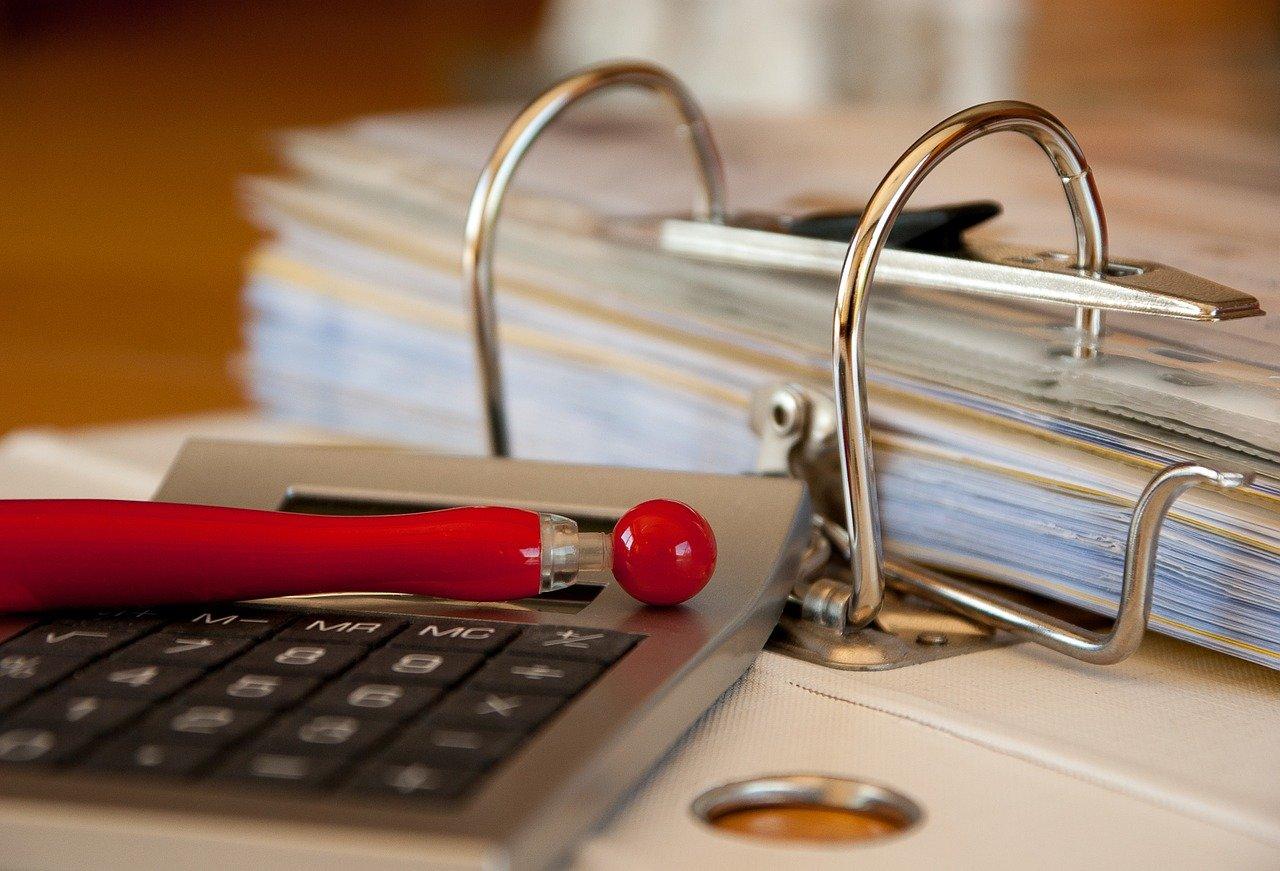 Akt notarialny jest najważniejszym dokumentem dla właściciela nieruchomości. To właśnie dlatego, podczas zakupu mieszkania trzeba zwrócić szczególną uwagę na to, co jest w nim zapisane. Co dokładnie warto sprawdzić będąc u notariusza? Podpowiadamy. Obciążenia nieruchomości Deweloperzy w Środzie Wielkopolskiej są w trakcie realizacji wielu ciekawych inwestycji, co budzi ogromne zainteresowanie zakupem nieruchomości. Jeśli kupujemy mieszkanie z rynku pierwotnego, jest mało prawdopodobne, że będą na nim jakieś obciążenia. To niewątpliwie jedna z największych zalet zakupu nieruchomości od dewelopera. Zupełnie inaczej będzie to wyglądać w przypadku rynku wtórnego. Wiele osób decyduje się zakupić nieruchomość z kredytu hipotecznego, przez co ta jest potem obciążona hipoteką. W przypadku mieszkań z rynku wtórnego, spotykane są również obciążenia związane ze służebnością osobistą. Najlepiej jeszcze przed podpisaniem aktu notarialnego sprawdzić, czy na nieruchomości nie ciążą żadne zobowiązania. W tym celu musimy poprosić sprzedającego lub pośrednika o podanie numeru księgi wieczystej (o ile taka jest już prowadzona). Następnie dokładnie musimy ją sprawdzić, co można zrobić z pomocą wyszukiwarki elektronicznych ksiąg wieczystych. Przeglądając treść dokumentu, koniecznie musimy zwrócić uwagę na dział III i IV, bo to właśnie tam zawarte są informacje na temat ewentualnych obciążeń. Co warto sprawdzić? Koniecznie trzeba sprawdzić, czy stan nieruchomości jest opisany wystarczająco szczegółowo. Co to znaczy? Powinny w nim zostać zawarte szczegółowe informacje na temat wspomnianych już obciążeń, a także stanu prawnego i samego lokalu. Co do stanu prawnego, w akcie notarialnym powinien zostać zapisany numer księgi wieczystej. Do tego musi być w nim uwzględniona podstawa nabycia i zapisani właściciele (z imienia i nazwiska, imion rodziców, numeru dowodu osobistego, numeru PESEL i miejsca zamieszkania). Równie szczegółowo musi zostać opisany sam lokal. To znaczy, że w akcie notarialn